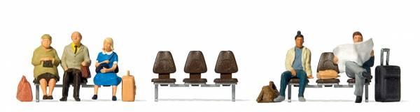 Preiser - Fünf wartende Reisende, drei Sitzreihen