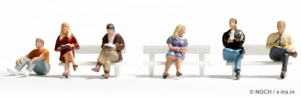 Sitzende und lesende Personen. NOCH 45535